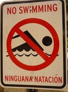 cartel no nadar mal traducido